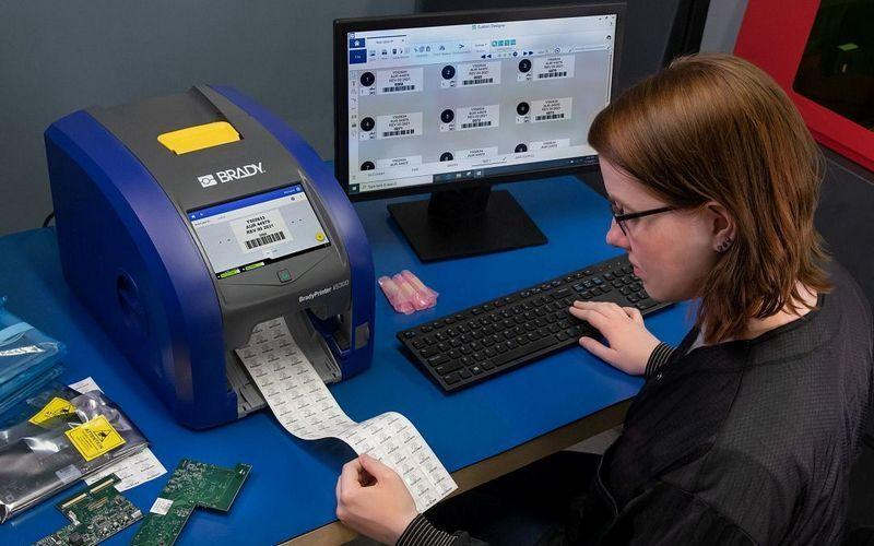 Brady выпускает промышленный принтер знаков безопасности i5300 с большим экраном управления