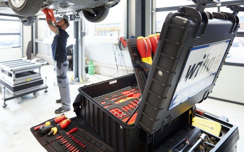 Wiha представляет набор инструментов для мастерских электроавтомобилей